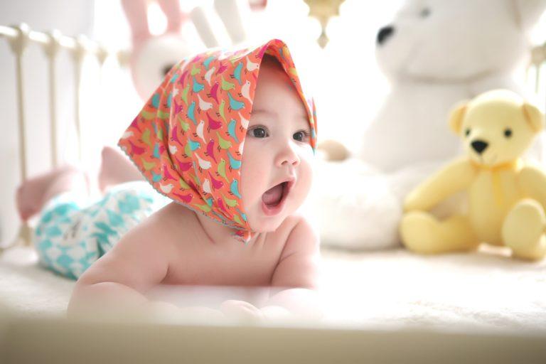 首をあげた赤ちゃん
