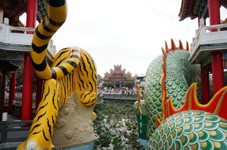 竜と虎の後ろ