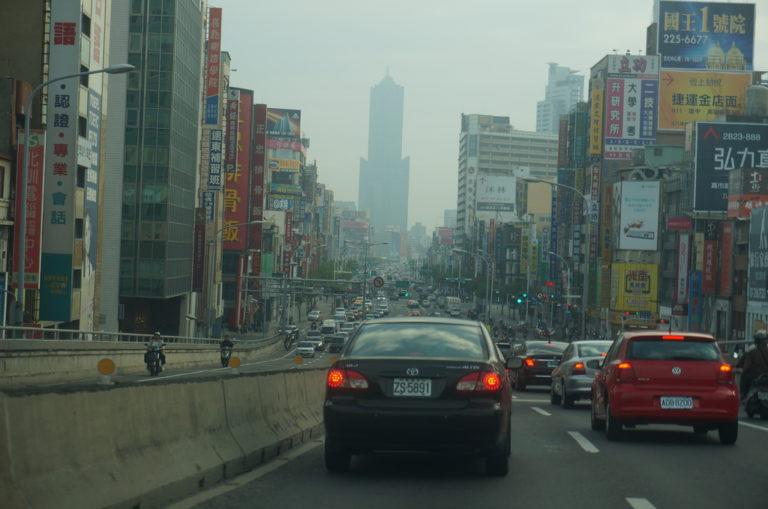 高雄の街 真ん中に高雄85スカイタワーが見える