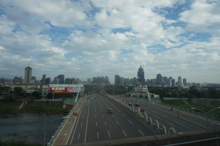 車窓からの風景 台中の街が遠くに見える